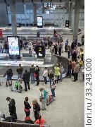 Passengers wait their bags near baggage carousel. Baggage claim is in Pulkovo International airport. It is modern terminal for arriving people in city (2015 год). Редакционное фото, фотограф Кекяляйнен Андрей / Фотобанк Лори