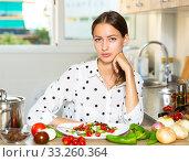 Купить «Female holding plate of vegetable salad», фото № 33260364, снято 12 июля 2020 г. (c) Яков Филимонов / Фотобанк Лори