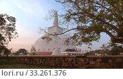 Вечер у дагобы Ruwanwelisaya. Анурадхапура, Шри-Ланка (2020 год). Стоковое видео, видеограф Виктор Карасев / Фотобанк Лори