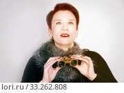 Купить «woman with red hair looking through binoculars», фото № 33262808, снято 29 марта 2020 г. (c) PantherMedia / Фотобанк Лори