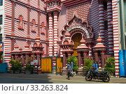 У входа в мечеть Джами Уль-Альфар Масджид (Красная мечеть). Коломбо, Шри-Ланка. Редакционное фото, фотограф Виктор Карасев / Фотобанк Лори