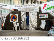 Piacenza hospital. Pre-triage tent, first aid to filter and classify patients to be tested for the new Covid-19 coronavirus. Piacenza, Emilia-Romagna, Italy 27-02-2020. Редакционное фото, фотограф Marfisi/AGF/Nicola Marfisi / age Fotostock / Фотобанк Лори