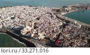 Купить «General aerial view of Spanish port city of Cadiz overlooking Atlantic Ocean in sunny day», видеоролик № 33271016, снято 19 апреля 2019 г. (c) Яков Филимонов / Фотобанк Лори