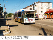Купить «Streets of the city with moving cars», фото № 33278708, снято 30 июня 2019 г. (c) Владимир Арсентьев / Фотобанк Лори