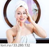 Купить «Woman after a shower near mirror», фото № 33280132, снято 4 апреля 2020 г. (c) Яков Филимонов / Фотобанк Лори