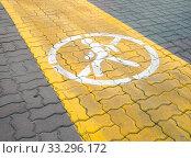 Купить «Знак пешеходное движение запрещено на велосипедной дорожке», фото № 33296172, снято 4 августа 2019 г. (c) Вячеслав Палес / Фотобанк Лори