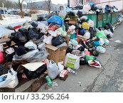 Купить «Несколько дней не вывозится мусор на улице Сахалинской во Владивостоке», фото № 33296264, снято 3 марта 2020 г. (c) Овчинникова Ирина / Фотобанк Лори