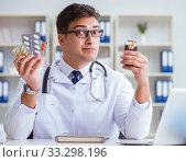 Купить «Male doctor in anti-smoking conceptwithcigarette pack», фото № 33298196, снято 25 апреля 2017 г. (c) Elnur / Фотобанк Лори