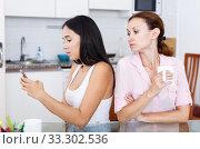 Mom look into phone. Стоковое фото, фотограф Яков Филимонов / Фотобанк Лори