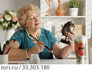 An old woman of retirement age is engaged in needlework. Стоковое фото, фотограф Алексей Кузнецов / Фотобанк Лори
