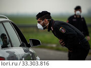Army and Carabinieri checkpoints on the border of the red zone, that is, the containment area of the coronavirus epidemic, limited to the 10 quarantined... Редакционное фото, фотограф Marfisi/AGF/Nicola Marfisi / age Fotostock / Фотобанк Лори