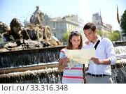 Couple of tourists reading map in Plaza de Cibeles, Madrid. Стоковое фото, фотограф Fabrice Michaudeau / PantherMedia / Фотобанк Лори