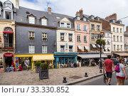 Онфлер, Франция. Вид улицы Ом де Буа (I'Homme de Bois) (2017 год). Редакционное фото, фотограф Rokhin Valery / Фотобанк Лори