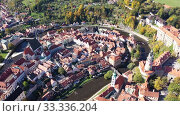 Aerial view of historical centre of Cesky Krumlov town on Vltava riverbank on autumn day overlooking medieval Castle, Czech Republic (2019 год). Стоковое видео, видеограф Яков Филимонов / Фотобанк Лори