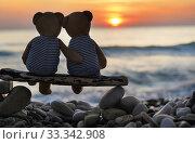 Игрушки. Пара медвежат сидят на берегу моря, смотрят на закат. Стоковое фото, фотограф Dmitry29 / Фотобанк Лори