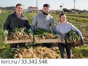 Happy farm family with freshly harvested scallions. Стоковое фото, фотограф Яков Филимонов / Фотобанк Лори