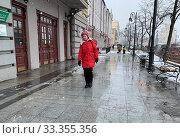 Купить «Женщина в красном пальто идет по улице Светланской в снегопад в марте. Владивосток, Россия», фото № 33355356, снято 4 марта 2020 г. (c) Овчинникова Ирина / Фотобанк Лори