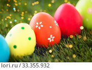 Купить «row of colored easter eggs on artificial grass», фото № 33355932, снято 15 марта 2018 г. (c) Syda Productions / Фотобанк Лори