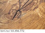 Натуральный деревянный фон с красивой текстурой. Трещина на месте сучка у цельного куска дерева. Стоковое фото, фотограф Наталья Гармашева / Фотобанк Лори