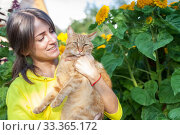 Red cat in hands of young girl. Стоковое фото, фотограф Дарья Филимонова / Фотобанк Лори