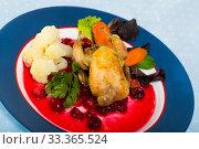 Купить «Roasted quail with cranberry sauce and caramelized carrots», фото № 33365524, снято 29 мая 2020 г. (c) Яков Филимонов / Фотобанк Лори