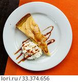 Apple pie served with whipped cream. Стоковое фото, фотограф Яков Филимонов / Фотобанк Лори