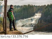 Туристы любуются водопадом Гирвас в Карелии. Весенний сброс воды на Пальеозерской ГЭС. Редакционное фото, фотограф Сергей Цепек / Фотобанк Лори