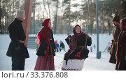Russian folklore - Russian girl swinging and everyone is laughing. Стоковое видео, видеограф Константин Шишкин / Фотобанк Лори