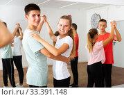 Teenagers dancing in pairs in choreography class. Стоковое фото, фотограф Яков Филимонов / Фотобанк Лори