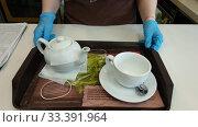 Купить «Сотрудник Макдональдса подает поднос с чае в резиновых перчатках», эксклюзивное фото № 33391964, снято 18 марта 2020 г. (c) Ирина Терентьева / Фотобанк Лори