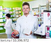 Pharmaceutist working in chemist shop. Стоковое фото, фотограф Яков Филимонов / Фотобанк Лори