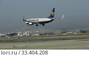 Passenger airliner Ryanair Boeing 737-8AS with EI-DCP registration number on final approach to El Prat Airport (2020 год). Редакционное видео, видеограф Яков Филимонов / Фотобанк Лори
