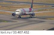 Купить «Delta Airlines Boeing 767 BCRF livery taxiing», видеоролик № 33407432, снято 19 июля 2017 г. (c) Игорь Жоров / Фотобанк Лори