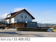 Pension Jageredt 4* in small austrian town against mountains. Редакционное фото, фотограф Papoyan Irina / Фотобанк Лори