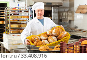 Bakery worker carrying box with loaves. Стоковое фото, фотограф Яков Филимонов / Фотобанк Лори