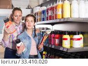 Купить «Family shopping in art store», фото № 33410020, снято 12 апреля 2017 г. (c) Яков Филимонов / Фотобанк Лори