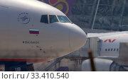 Купить «Airplane taxiing before departure», видеоролик № 33410540, снято 29 ноября 2017 г. (c) Игорь Жоров / Фотобанк Лори