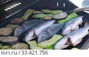 Купить «Cooking sea bass fish with vegetables on a grill barbecue», видеоролик № 33421756, снято 21 марта 2020 г. (c) Serg Zastavkin / Фотобанк Лори
