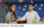 Мальчик задувает свечи на праздничном торте в честь дня рождения. Стоковое видео, видеограф Иванов Алексей / Фотобанк Лори