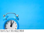 Концепция часы - время, справа пустое место, синий фон. Стоковое фото, фотограф Иванов Алексей / Фотобанк Лори