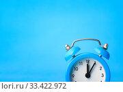 Концепция часы - время, слева пустое место, синий фон. Стоковое фото, фотограф Иванов Алексей / Фотобанк Лори
