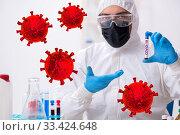 Doctor developing covid-19 vaccine in the lab. Стоковое фото, фотограф Elnur / Фотобанк Лори