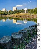 Moscow, Russia - Sept 15. 2018. City park Dubki with a pond in Timiryazevsky district. Редакционное фото, фотограф Володина Ольга / Фотобанк Лори