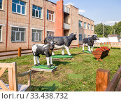 Moscow, Russia - Sept 15. 2018. Animal sculptures in front of Russian State Agrarian University named after Kliment Timiryazev. Редакционное фото, фотограф Володина Ольга / Фотобанк Лори