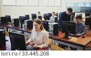 Купить «Friendly male teacher lecturing attentive adult students in computer room», видеоролик № 33445208, снято 1 апреля 2020 г. (c) Яков Филимонов / Фотобанк Лори