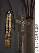 Купить «Христианский крест, разноцветное витражное окно в Католической Церкви. Приходская церковь Святой Лючии в Харзевинкеле, Германия», фото № 33448296, снято 21 июля 2018 г. (c) александр афанасьев / Фотобанк Лори