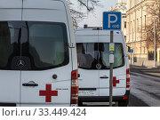 Автомобиль экстренной службы скорой помощи стоит на Неглинной улице в центре города Москвы, Россия. Редакционное фото, фотограф Николай Винокуров / Фотобанк Лори