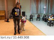 Девушка волонтер на цирковом представлении с дрессированными собаками в Уктусском пансионате для престарелых и инвалидов в городе Екатеринбург (2020 год). Редакционное фото, фотограф Игорь Жиляков / Фотобанк Лори