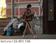 Купить «Москва люди на улице в дни самоизоляции при Коронавирусе COVID-19», эксклюзивное фото № 33451136, снято 29 марта 2020 г. (c) Дмитрий Неумоин / Фотобанк Лори
