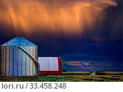 Купить «Storm Clouds Canada warning ominous skies Saskatchewan», фото № 33458248, снято 27 мая 2020 г. (c) age Fotostock / Фотобанк Лори